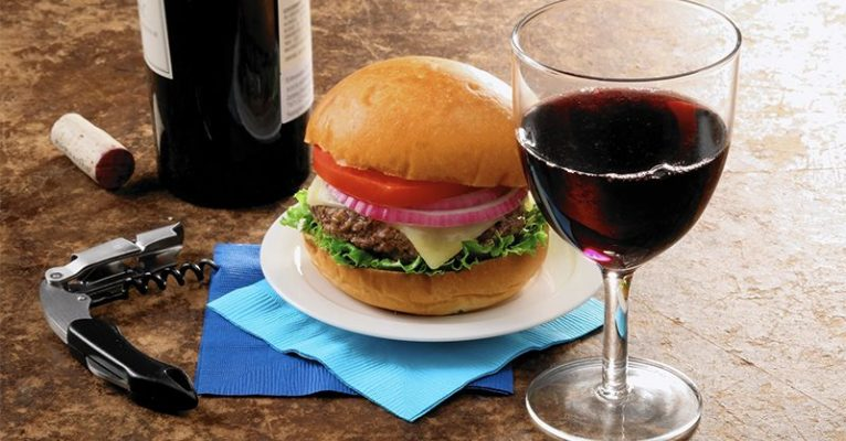 Rượu vang và bánh mì kẹp Hamburger