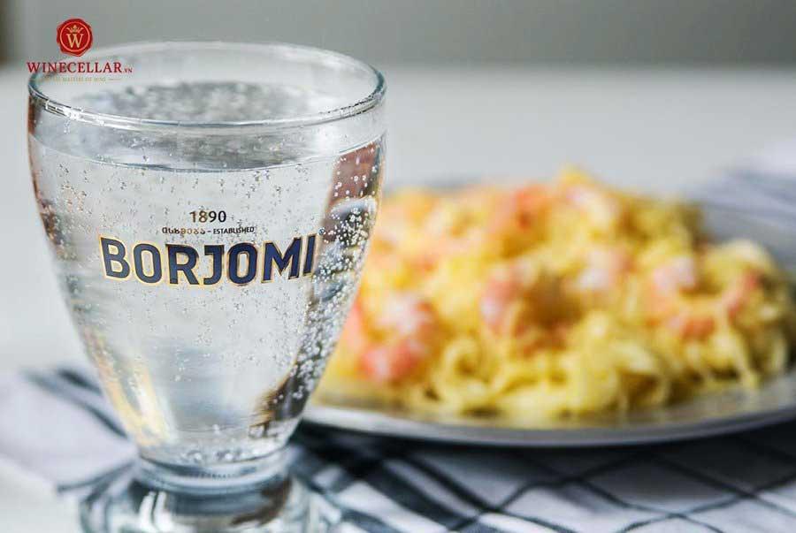 Cốc nước khoáng thiên nhiên Borjomi nguyên chất 100%