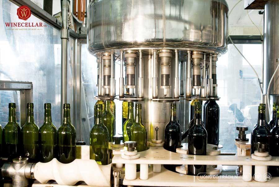 Ảnh 2: Quá trình đóng chai rượu vang