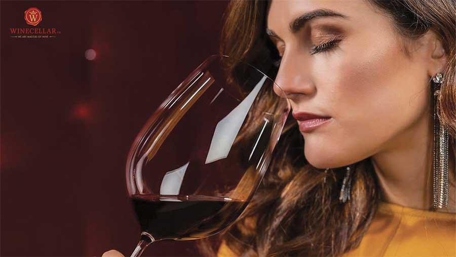 Ảnh 2: Quá trình ngửi và cảm nhận những hương vị tinh tế từ rượu vang